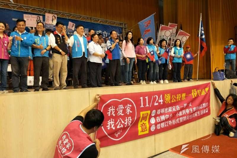 國民黨台北市長候選人丁守中造勢,從一踏進校門到會場內,下一代幸福聯盟的「愛家公投」,直接偷渡置入。(周怡孜攝)