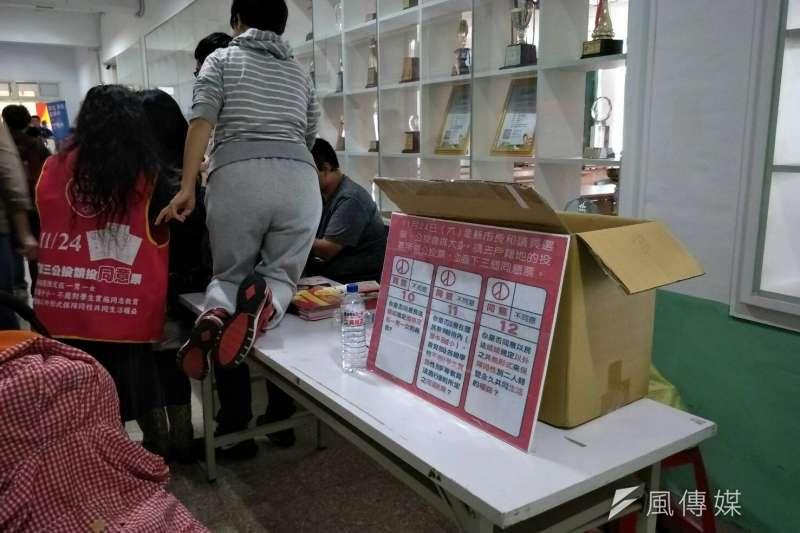 20181013- 國民黨台北市長候選人丁守中在內湖高工大禮堂舉辦成立造勢,從一踏進校門到會場內,到處都能看見幸福盟的志工,正大力宣傳支持「愛家公投」。(周怡孜攝)