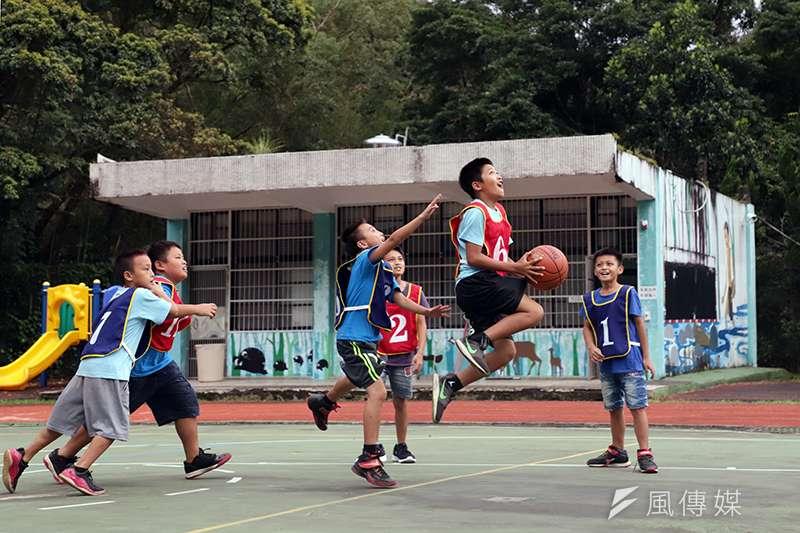 在桃園復興,有一群泰雅青年結合台北團體,帶入假日運動教室到部落裡,試圖改變這些原住民小孩的未來。(記者余柏翰攝)