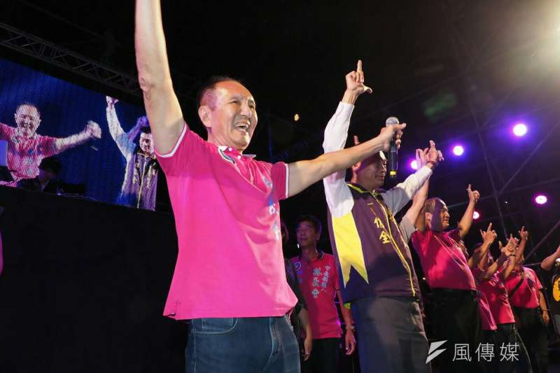 20181013_無黨籍台南市長參選人「虧雞福來爹」林義豐(左一),在台南安平的電音音樂會。(新新聞林瑞慶攝)