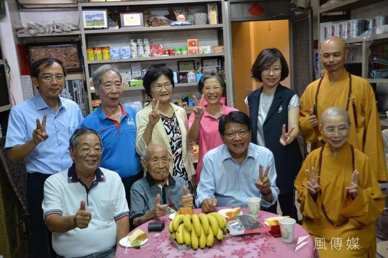 潘孟安(前排右2)與葉江榮(前排左2)共度熱鬧重陽節。(圖/徐炳文攝)