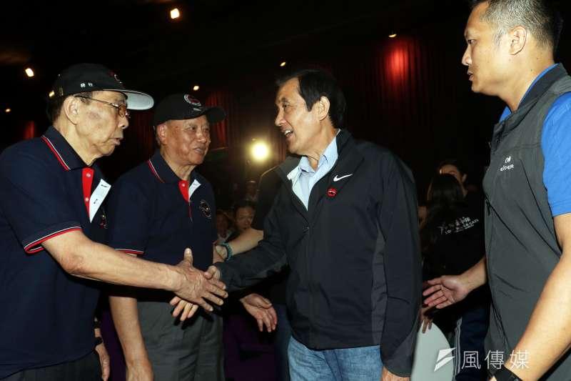 20181016_電影《疾風魅影-黑貓中隊》今舉行首映會。前總統馬英九(右二)與教官(對飛行員敬稱)握手。(蘇仲泓攝)