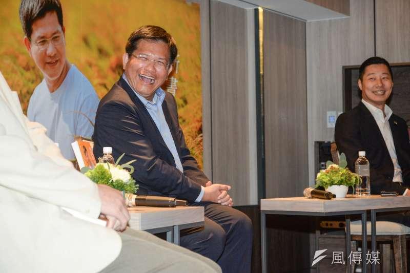 台中市長林佳龍(中)17日北上台北舉行《鏡頭外的林佳龍》新書發表會,邀立法委員林昶佐(右)和學者胡元輝與談。林昶佐表示,書中呈現了一個政治人物嚴肅以外的立體面。(甘岱民攝)
