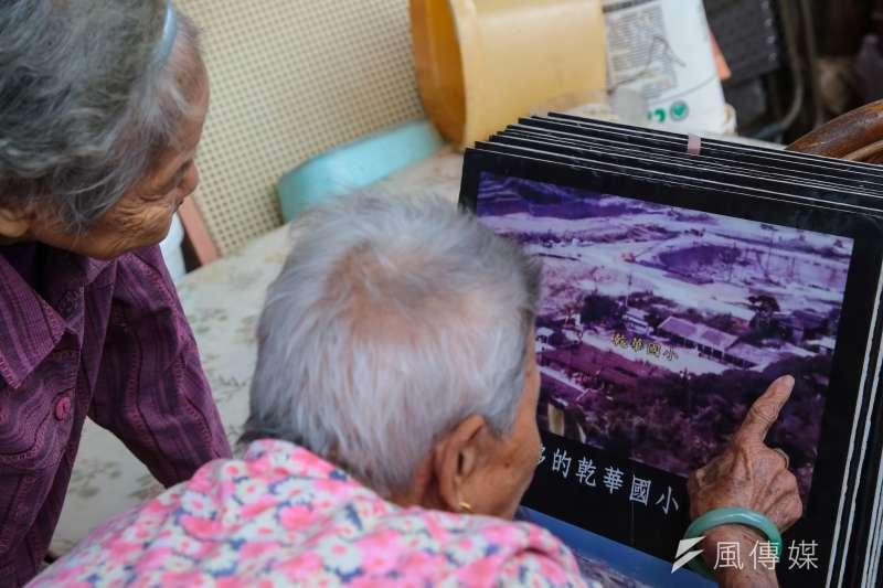 20181018-核一廠專題,核一廠周邊茂林社區石門當地耆老,看著老照片尋找小時候的居所。(顏麟宇攝)
