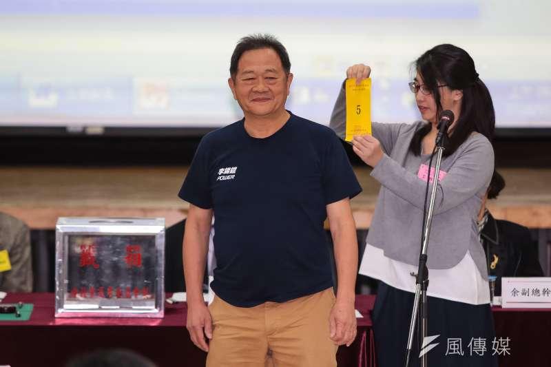 20181019-台北市長參選人李錫錕19日至台北市選委會抽選舉號次,抽中5號。(顏麟宇攝)