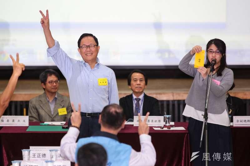 20181019-國民黨台北市長參選人丁守中19日至台北市選委會抽選舉號次,抽中2號。(顏麟宇攝)