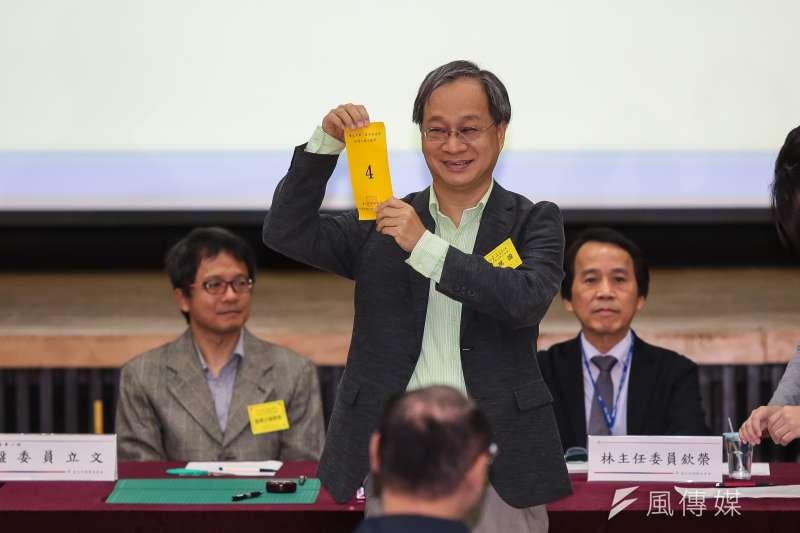 柯文哲競選總幹事小野19日代表台北市長柯文哲至台北市選委會抽選舉號次,抽中4號。(顏麟宇攝)
