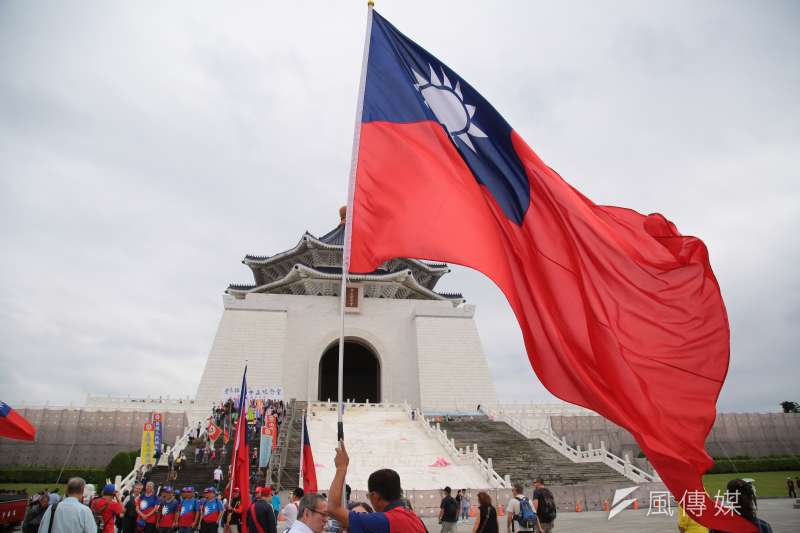 20181020-藍天行動聯盟、中華民國台灣軍政府等多個退伍軍人團體20日於中正紀念堂正殿門口召開「捍衛中正紀念堂,反制喜樂島台獨挑釁」記者會,並於現場揮舞著國旗。(顏麟宇攝)