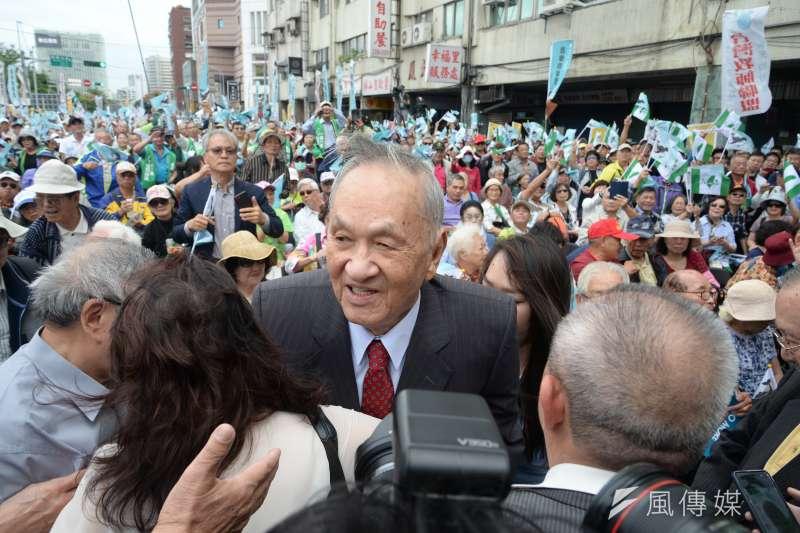 喜樂島聯盟今(20)日在台北舉行「全民公投反併吞」,獨派大老、前總統資政彭明敏出席,並提出 彭明敏提出三點主張「反併吞」。(甘岱民攝)