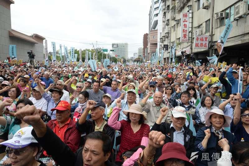 20181020-喜樂島聯盟今(20)日在台北舉行「全民公投反併吞」,活動下午1點開始。主持人不斷帶領群眾高喊,「我是台灣人」、「台灣獨立」、「要公投、反併吞」。(甘岱民攝)