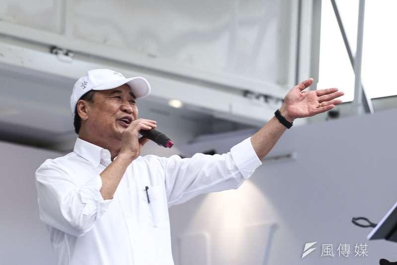 台北市長柯文哲今(20)日在北投七星公園舉行行動競選總部開幕園遊會,民進黨籍的台北市副市長陳景峻也到場獻唱。(陳品佑攝)