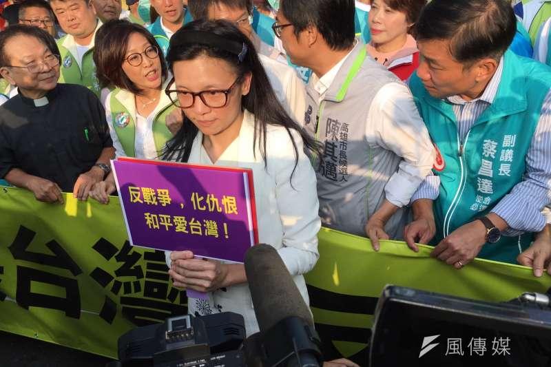 20181020-民進黨今(20)日舉辦高雄反併吞大遊行,參選高雄市長的前新黨北市議員璩美鳳一度舉牌引發騷動。(顏振凱攝)