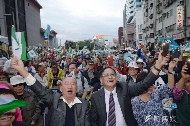 圖為喜樂島聯盟去年舉行的「全民公投反併吞」,民視董事長郭倍宏、參與民眾一起唱島嶼天光。(甘岱民攝)