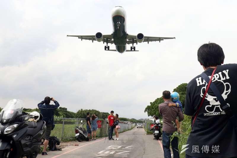 20181020-位於松山機場跑道頭的飛機巷,距離機場僅一牆之隔,無論是飛機起飛還是降落,由於距離非常近,感受上相當震撼。(蘇仲泓攝)