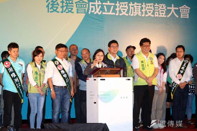 根據台灣民意基金會民調,民進黨在台北市的支持度跌到將近國民黨的一半,圖為民進黨主席蔡英文20日晚間到北投出席黨籍台北市長參選人姚文智的士林、北投區後援會成立晚會。(蘇仲泓攝)