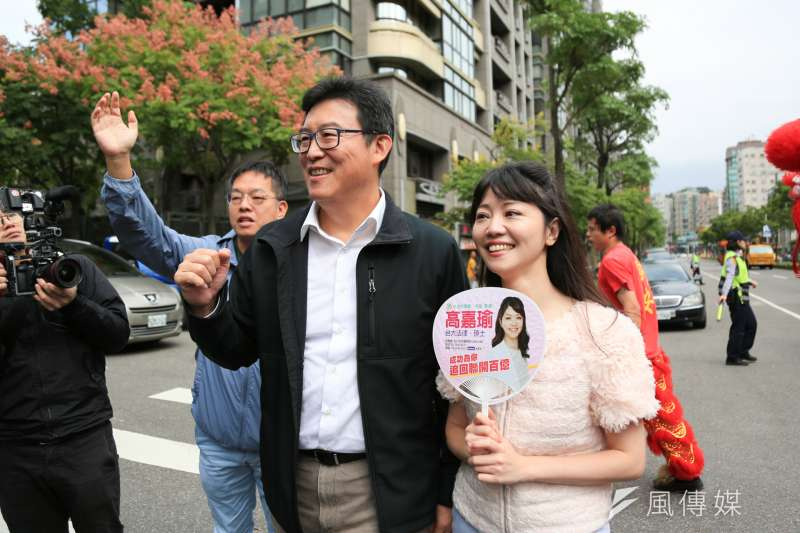 民進黨台北市長參選人姚文智(左)目前票數選書對手柯文哲、丁守中,曾被他批評過的同黨議員候選高嘉瑜(右)可能在「南港、內湖」選區超越他的票數。(資料照,簡必丞攝)
