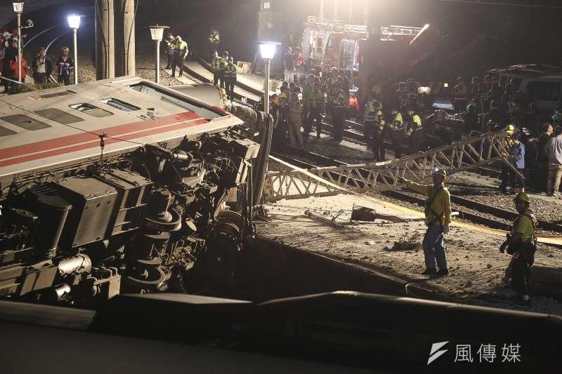 台鐵6432車次普悠瑪列車在宜蘭新馬站附近出軌翻車,造成18人死亡、168人受傷的重大事件。晚間相關單位動用怪手準備吊車。(陳品佑攝)