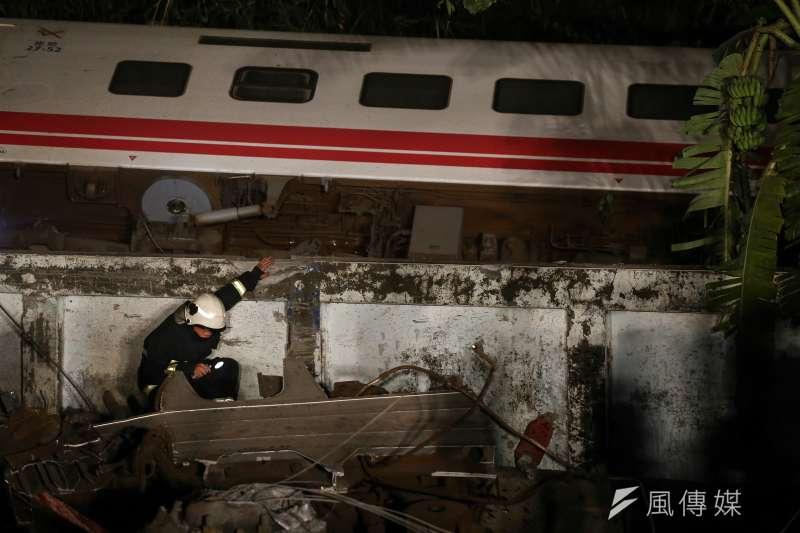 台鐵普悠瑪列車在北迴鐵路蘇澳鎮新馬車站發生翻覆,造成重大傷亡。(陳品佑攝)