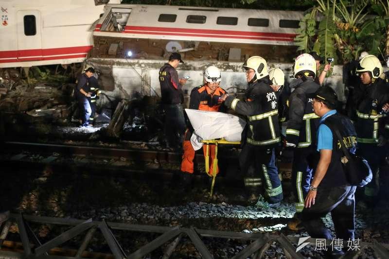 普悠瑪昨在蘇澳鎮新馬車站翻覆,造成重大傷亡,警消合力將罹難者遺體送出事故現場。(陳品佑攝)
