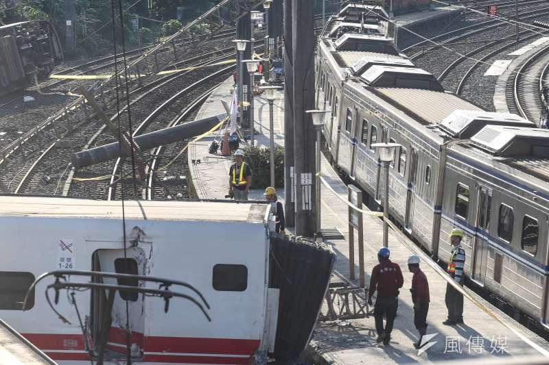 20181022-台鐵普悠瑪列車20181022-台鐵普悠瑪列車在北迴鐵路蘇澳鎮新馬車站發生翻覆,造成重大傷亡,並於22日上午恢復單線雙向行駛。(陳品佑攝)在北迴鐵路蘇澳鎮新馬車站發生翻覆,造成重大傷亡,總統蔡英文於22日上午前往當地勘災。(陳品佑攝)