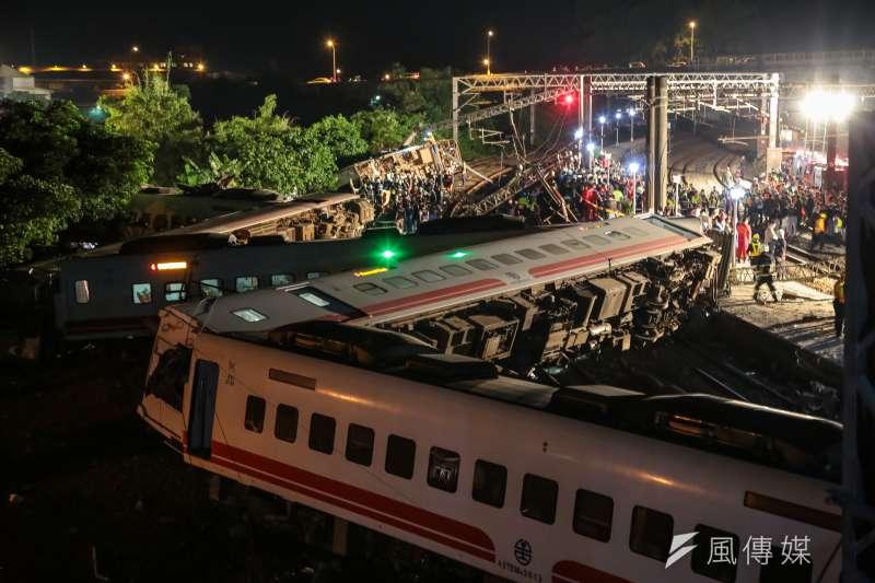 去年10月台鐵第6432次普悠瑪發生翻車事故,全案今(6)日偵查終結,司機員尤振仲等3人依過失致死罪起訴。(資料照,顏麟宇攝)