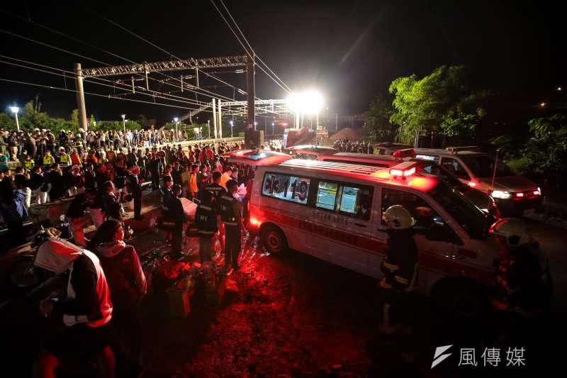 台鐵普悠瑪翻車,宜蘭蘇澳新馬車站,救護車將傷亡者送醫。(顏麟宇攝)