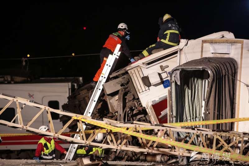 20181021-台鐵普悠瑪翻車事故,宜蘭蘇澳新馬車站,救難人員正在搜尋是否還有傷患。(顏麟宇攝)