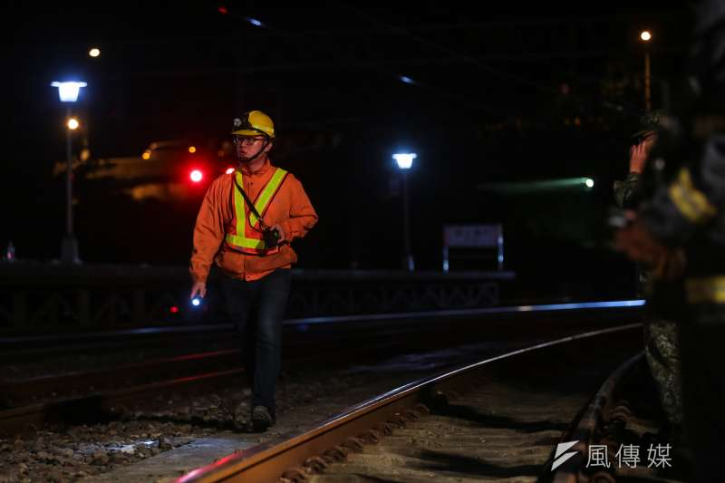 20181021-台鐵普悠瑪翻車事故,宜蘭蘇澳新馬車站,台鐵工程人員。(顏麟宇攝)