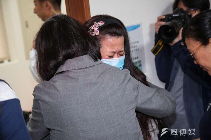 總統蔡英文今一早至宜蘭探視傷者,並給罹難者董進興家屬擁抱打氣。(顏麟宇攝)