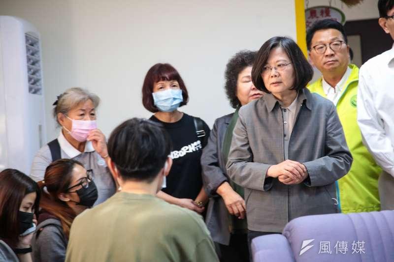 台鐵普悠瑪翻車事故,總統蔡英文到宜蘭蘇澳榮民醫院,探視罹難者家屬。(顏麟宇攝)
