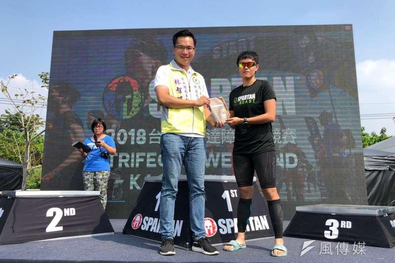 民進黨鳳山區市議員候選人林智鴻出席斯巴達路跑頒獎典禮,並為選手加油打氣。(圖/徐炳文攝)