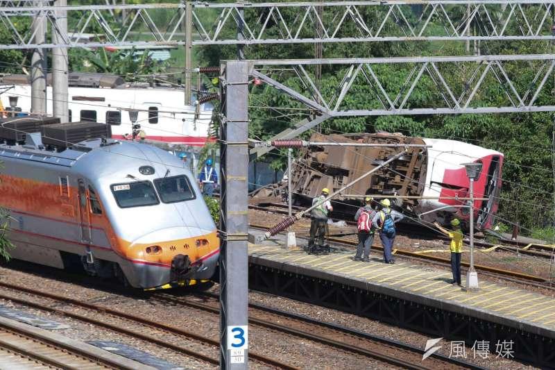 台鐵普悠瑪列車10月21日下午在宜蘭縣蘇澳鎮發生翻覆出軌意外,造成重大傷亡。圖為事故現場新馬車站。(顏麟宇攝)