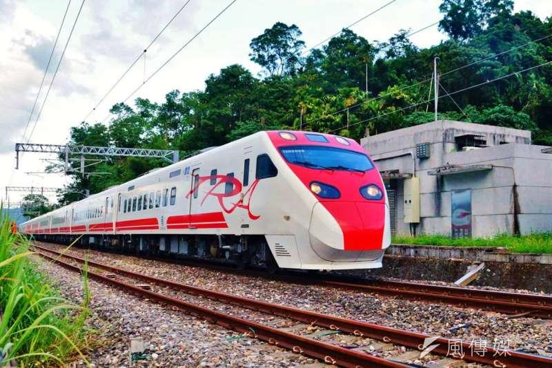 發生列車出軌事故的普悠瑪號TEMU2007-2008編組,圖為早年尚未發生事故,正常運行的畫面。(盧逸峰攝)