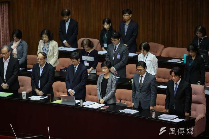 行政院長賴清德及列席官員23日於院會開始前針對普悠瑪翻車事件默哀1分鐘。(顏麟宇攝)