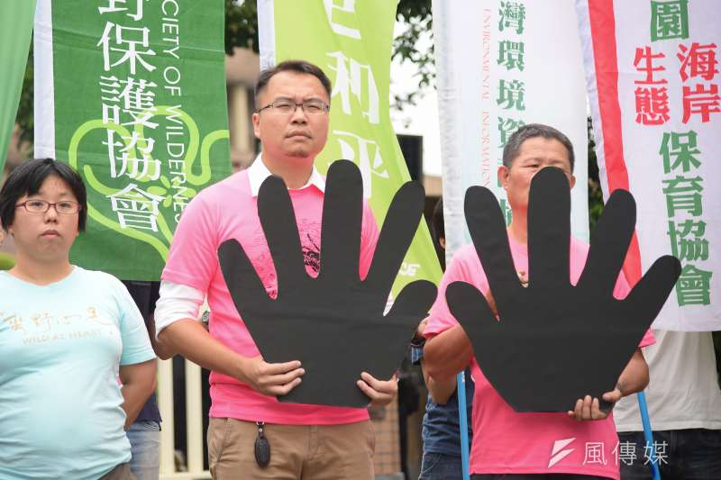20181024-台灣健康空氣行動聯盟與多個環保團體24日於行政院大門召開「健康永續 藻礁永存」反空汙大遊行記者會。(羅紹文攝)