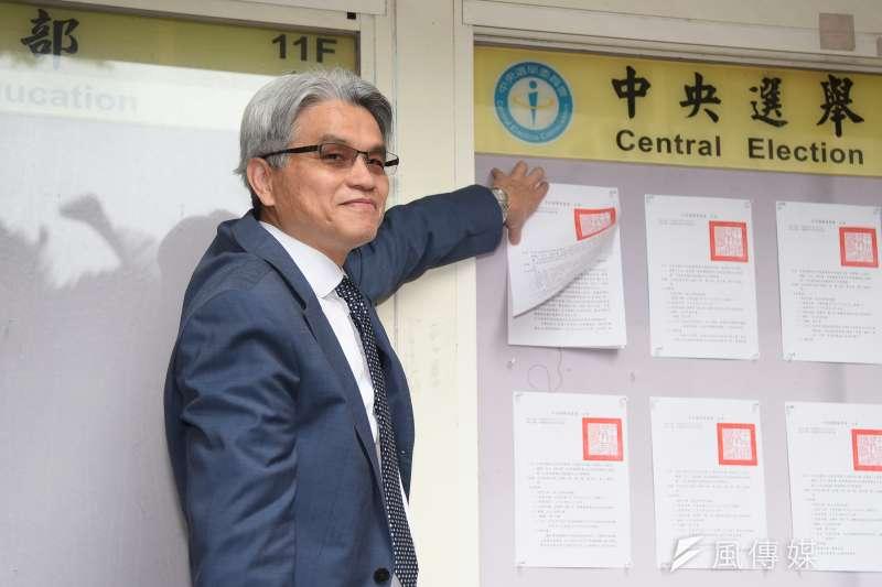 中選會主委陳英鈐於10月24日召開記者會,公告第9至第16公投案,沒想到九天後竟「重新公告」。(羅紹文攝)
