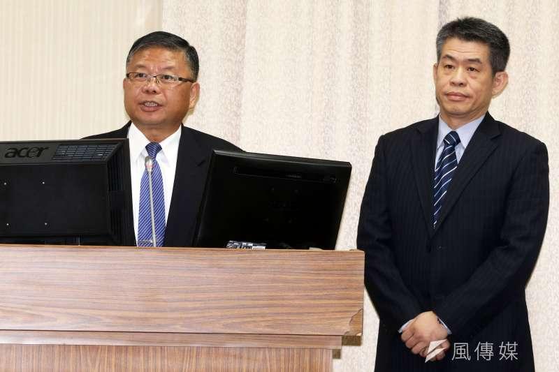 國防部副部長張冠群上將(左)、情次室助次王紹華少將(右)24日出席立法院外交國防委員會備詢。(蘇仲泓攝)