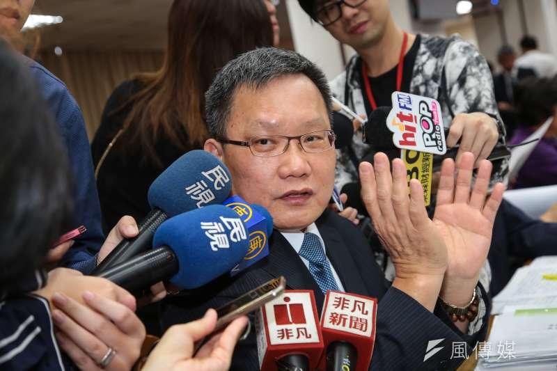 20181025-財政部長蘇建榮25日於財政委員會接受媒體聯訪。(顏麟宇攝)