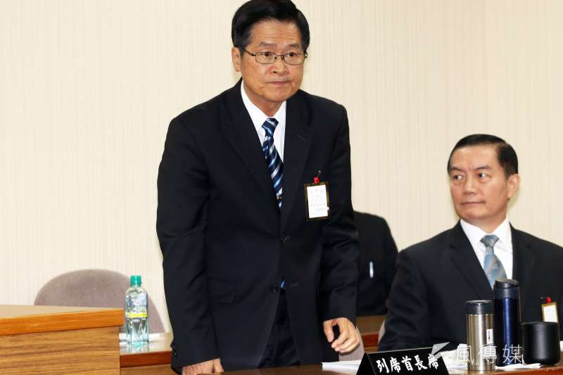 20181025-針對潛艦國造計畫,國防部長嚴德發(左)25日於立法院外交國防委員會進行專案報告。(蘇仲泓攝)