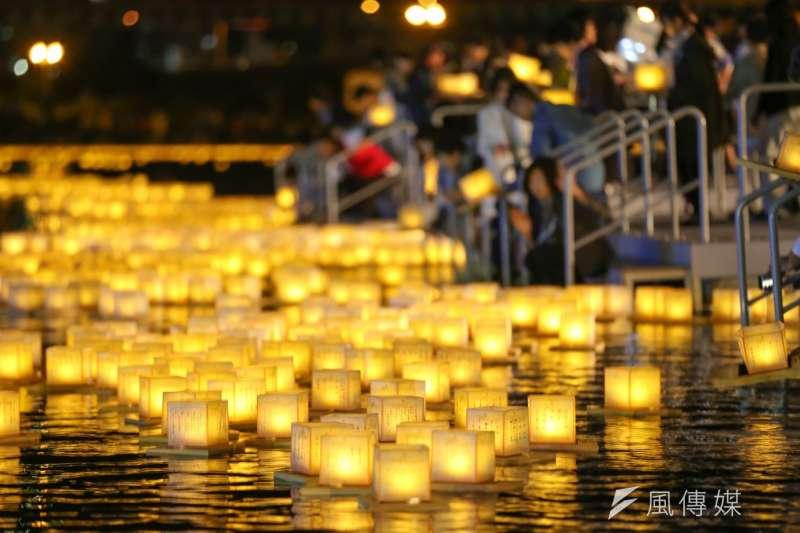 國際祈福水燈節結合日本以放水燈將祈念迴向給祖先的傳統與懷抱感恩的精神,讓參加民眾施放水燈緬懷與追思先人,同時寄託個人的心願及祈願的訊息。(圖/風傳媒攝)