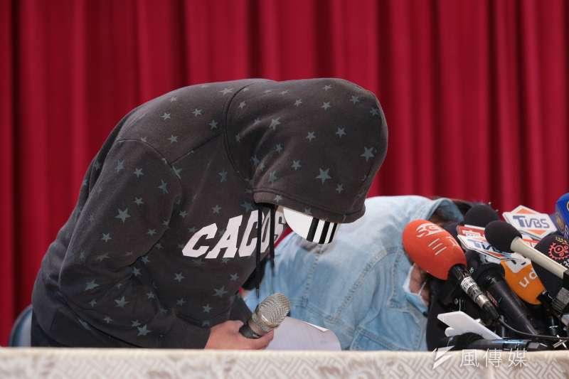 普悠瑪翻車事故台鐵司機員尤振仲子女26日出面召開記者會說明,並鞠躬向社會大眾致歉。(顏麟宇攝)