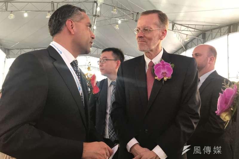 20181026-美商美光科技在台灣新建DRAM後段封測廠26日開幕,美光科技全球營運執行副總裁巴提亞(左)與美國在台協會處長酈英傑(右)在現場相談甚歡。(廖羿雯攝)