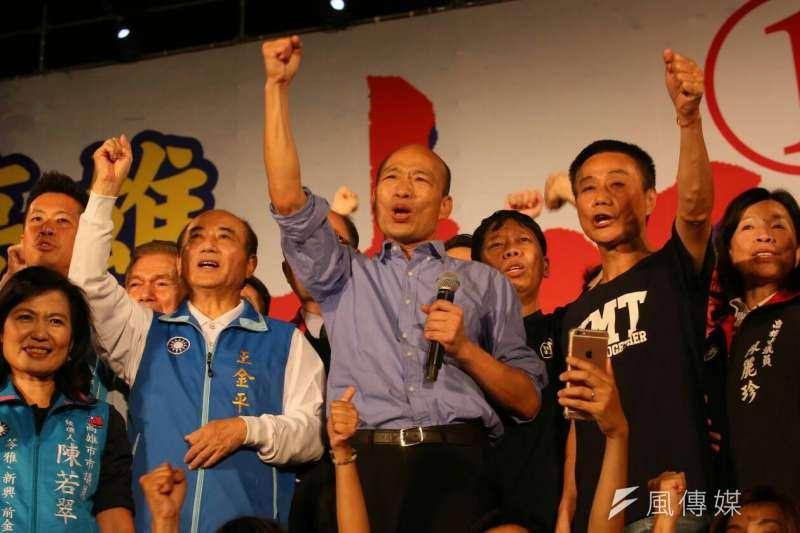 國民黨高雄市長候選人韓國瑜(中)近日稱禁止意識型態上街的言論引起各界熱議,也遭對手批評是「停留在威權時代」。(資料照,新新聞柯承惠攝)