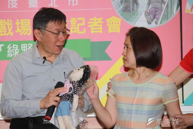 20181026-台北市長柯文哲26日前往古亭國小參加活動,無黨籍市議員候選人蔡宜珊拿著娃娃、口罩,對柯日前的化妝說嗆聲。(方炳超攝)