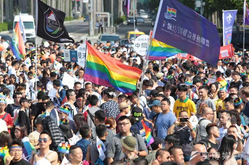 20181027-2018台灣同志遊行,現場揮舞彩虹旗。(顏麟宇攝)