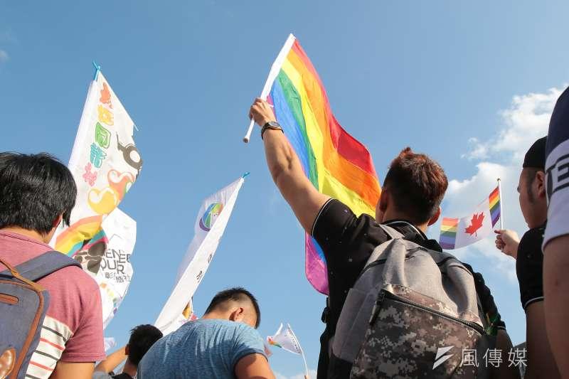 20181027-2018台灣同志遊行,參與民眾現場揮舞著彩虹旗。(顏麟宇攝)