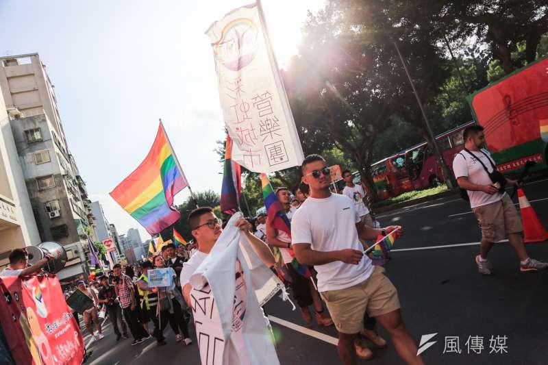 談起為何需要同志教育,鄒宗翰回憶大學出櫃後聽見的友人們家庭悲劇:「這兩個家庭都是沒有同志教育的產物,這些人只能勉強進入男女婚姻,最後傷害了家人……」示意圖為2018台灣同志大遊行。(資料照,簡必丞攝)