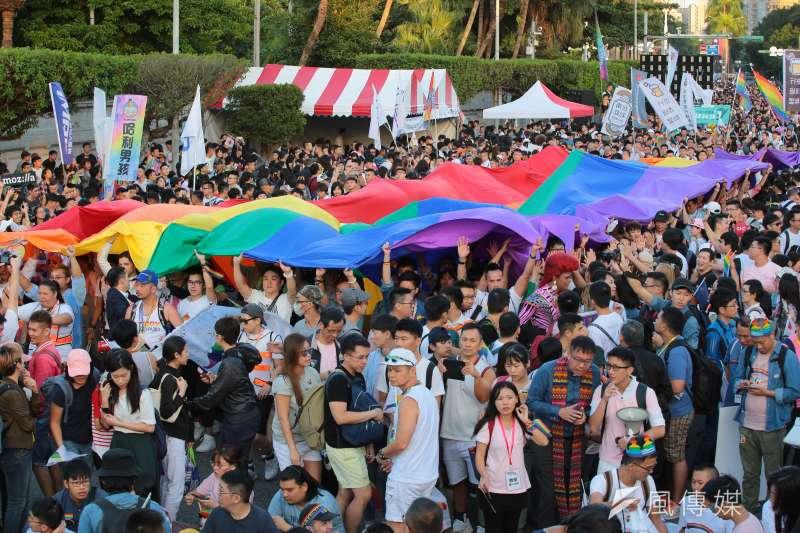 20181027-2018台灣同志遊行,遊行隊伍舉著彩虹旗回到會場。(顏麟宇攝)
