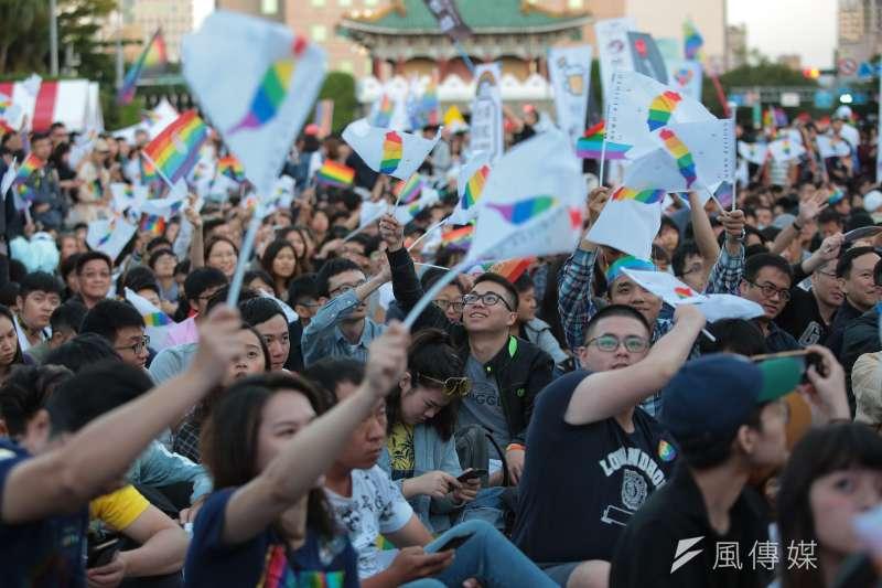 20181027-2018台灣同志遊行,現場民眾熱情揮舞彩虹旗。(顏麟宇攝)