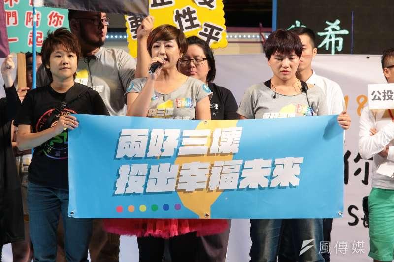 2018台灣同志遊行,婚姻平權大平台總召呂欣潔於晚會發言。(顏麟宇攝)